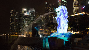 1er mars 2017 : La fontaine de Merlion la nuit Singapour Photographie stock