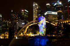 1er mars 2017 : La fontaine de Merlion la nuit Singapour Photo stock