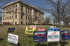 1er mars 2018 - VOTE AUJOURD'HUI - jour d'élection dans rural Bâtiment, vote Image stock