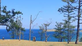 Er is mooi landschap van de lijn van de meerkust stock videobeelden