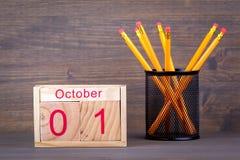 1er octobre calendrier en bois en gros plan Planification de temps et fond d'affaires Photo libre de droits