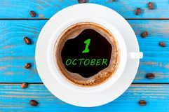 1er octobre jour 1 de mois Calendrier sur la tasse de café de matin à la maison ou la table informelle de lieu de travail Vue sup Photos stock