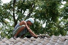 Er repariert Dach Stockfotografie