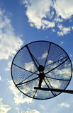 Er Satellitenschüssel mit dem Hintergrund des blauen Himmels Lizenzfreie Stockfotos