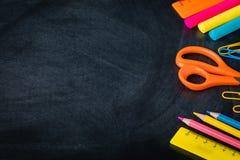 1er septembre, de nouveau à l'école ou à l'université flatlay avec des approvisionnements sur le tableau noir, bannière Images libres de droits