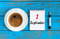 1er septembre jour 1 du mois, calendrier à feuilles mobiles sur le fond bleu avec la tasse de café de matin Autumn Time L'espace  Photographie stock