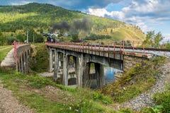 1er septembre, le train de vapeur monte sur le chemin de fer de Circum-Baikal Photo libre de droits