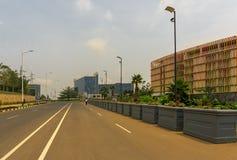 Er zijn Radisson Blu Hotel, het Overeenkomstcentrum en de de Hoogtenwandelgalerij van Kigali stock foto