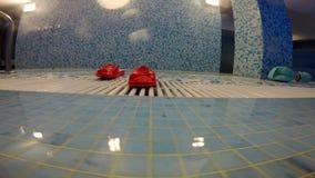 Er zijn rode rubberpantoffels dichtbij het zwembad stock video