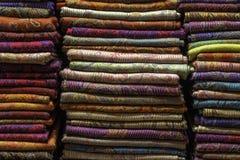 Er zijn sjaals in verschillende kleuren op de plank royalty-vrije stock afbeelding
