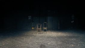 Er zijn twee stoelen op een leeg theaterstadium Het eind van het spel stock videobeelden