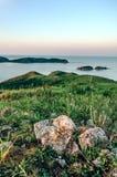 Eralyzonsopgang over heuvels en overzeese baai Royalty-vrije Stock Afbeelding