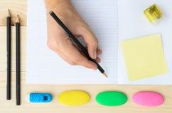 erase вручает людскую резину карандаша стоковое изображение rf