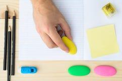 erase вручает людскую резину карандаша стоковые изображения rf