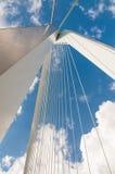 Erasmus桥梁细节有蓝天的在鹿特丹, Netherl 库存图片