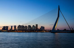 Erasmus Bridge bij Schemering, Rotterdam, Nederland Stock Afbeelding