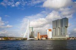 Erasmus Bridge con il grattacielo a Rotterdam fotografie stock libere da diritti