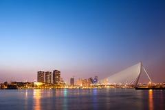 Erasmus Bridge i Rotterdam på skymning Arkivbild