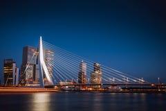 Erasmus Bridge på natten Arkivfoto