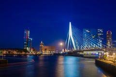 Erasmus Bridge på natten Royaltyfri Bild