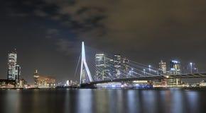 Erasmus Bridge Rotterdam alla notte fotografia stock