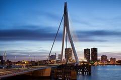 Erasmus Bridge- und Stadt-Skyline von Rotterdam an der Dämmerung Lizenzfreie Stockfotos