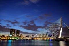 Erasmus brug, Rotterdam bij nacht royalty-vrije stock afbeelding