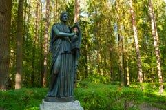 Erato铜雕塑-爱抒情诗歌冥想,与一个里拉琴在她的手上 Pavlovsk,圣彼德堡,俄罗斯 免版税库存图片