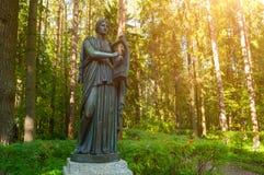 Erato铜雕塑-爱抒情诗歌冥想,与一个里拉琴在她的手上 Pavlovsk,圣彼德堡,俄罗斯 图库摄影