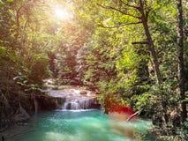 erawan kanchanaburi泰国瀑布 碰撞在清楚的自然水的瀑布风景大石头在密林 免版税库存照片