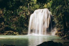 Erawan tombe en parc national d'Erawan, Kanchanaburi, Thaïlande photographie stock libre de droits