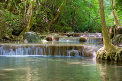Erawan vattenfall i djup skog Arkivfoto