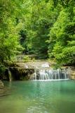 Erawan vattenfall i djup skog Royaltyfri Bild