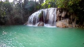 Erawan vattenfall, Erawan nationalpark i Kanchanaburi, Thailand arkivfilmer