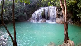 Erawan vattenfall, Erawan nationalpark i Kanchanaburi, Thailand stock video