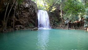 Erawan vattenfall, Erawan nationalpark i Kanchanaburi, Thailand lager videofilmer