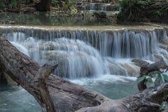Erawan vattennedgångar i det Kanchanaburi landskapet Thailand Arkivfoto