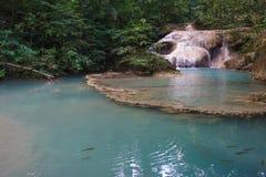 Erawan-Wasserfälle mit klarem grünem Teich und Fischen Lizenzfreie Stockfotografie