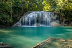 Erawan-Wasserfall mit Fischen im Wasser Stockfoto