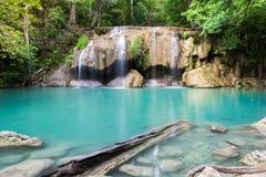 Erawan-Wasserfall mit Sonnenlicht im Wald, Erawan nationales PA Lizenzfreie Stockfotos