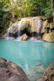 Erawan-Wasserfall mit Sonnenlicht im Wald, Erawan nationales PA Lizenzfreies Stockfoto