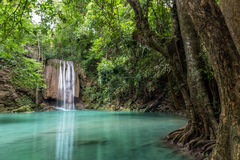 Erawanwaterval in diep bos bij het Nationale Park van Erawan, Kanchanaburi, Thailand Stock Fotografie