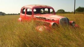 Erba abbandonata arancio dell'automobile del vagone di pannello che soffia nel vento video d archivio