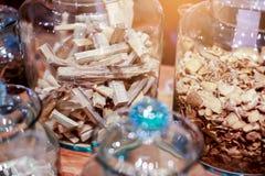 Erba antica in barattoli di vetro sulla tavola di legno in cinese o tailandese lui immagine stock libera da diritti