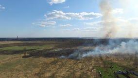 Erba bruciante vicino al villaggio stock footage