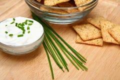 Erba cipollina con i cracker e la crema acida Fotografie Stock Libere da Diritti