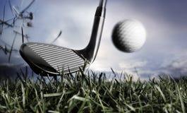 erba di golf del randello di sfera immagini stock libere da diritti