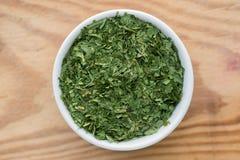Erba di ursinum dell'allium dell'aglio selvaggio in piccola ciotola Fotografia Stock