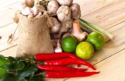 Erba e indredients piccanti per produrre alimento tailandese sul di legno Fotografia Stock Libera da Diritti