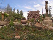 Erba e vasi di giorno soleggiato del giardino dell'Ecuador fotografia stock libera da diritti